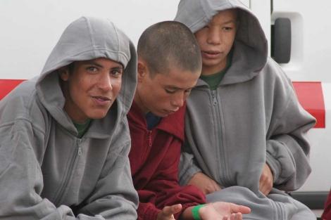 Tres de los menores interceptados en una lancha, tras llegar a puerto. | F. Ledesma