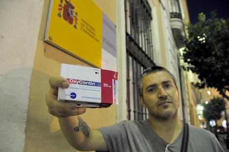 Francisco Marín muestra la medicación que ha de tomar para soportar el dolor. | Cata Zambrano