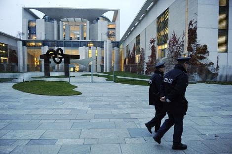 Dos policías ante la Cancillería, esta tarde en Berlín. | Afp