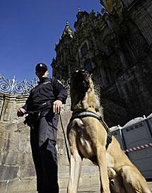 Un agente frente a la Catedral. | Reuters