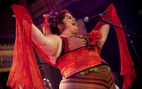 Claudia Cantante de la banda salsera parisina Ocho y media. | Pascal Bouclier