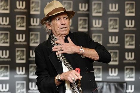 Keith Richards pega a un entrevistador
