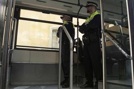Policías en Autobús