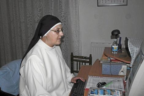 Una monja contesta a las peticiones desde su ordenador.