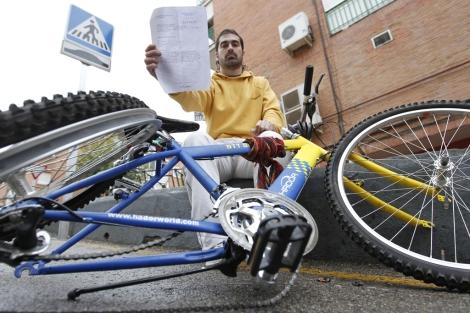 Roberto enseña su bicicleta y la denuncia que interpuso. | Juan Hidalgo