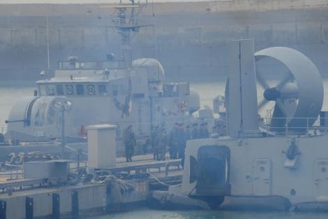 Marinos surcoreanos embarcan hacia la isla de Yeonpyeong. | Efe