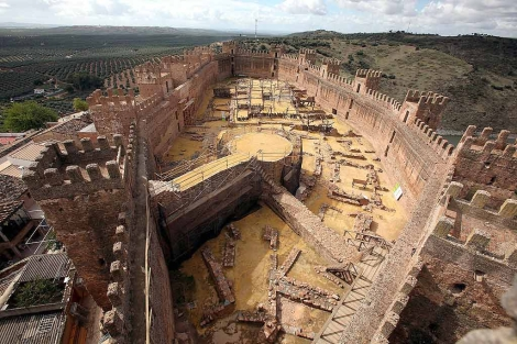 Espectacular perspectiva del castillo de Baños de la Encina. | Reportaje gráfico: Manuel Cuevas