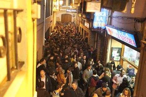 Decenas de personas en la zona de las tascas de Castellón. | Torres