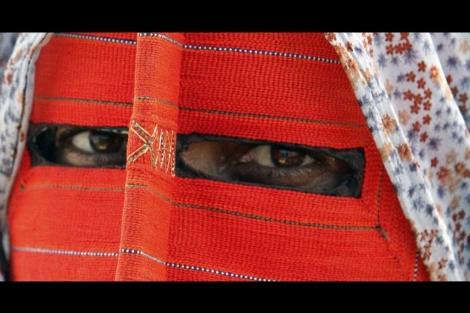 Una mujer iraní lleva un niqab en la ciudad de Minab. | Ap