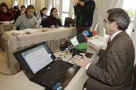 El director del IESA, durante la presentación de la encuesta. | Conchitina
