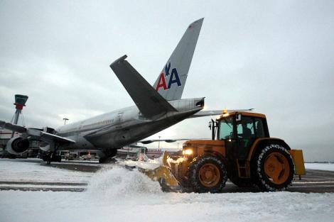 Operaciones de limpieza de nieve en el aeropuerto londinense de Heathrow. | AP