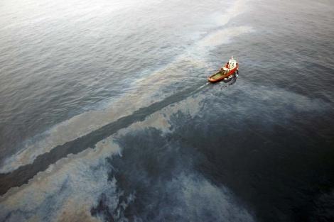 Un barco de salvamento limpia el crudo vertido por la plataforma de Repsol frente al Delta del Ebro. | Foto: Efe