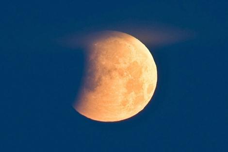 Durante el último eclipse del año 2010, la tierra se colocó entre el sol y la luna llena. | AFP