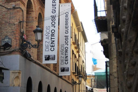 Fachada del Centro José Guerrero, en la calle Oficios de Granada. | J. G. Hinchado