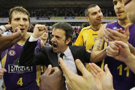 El entrenador Porfi Fisac celebra la victoria junto a los jugadores.| J. M. Lostau