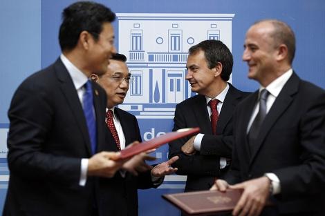 Zapatero y Miguel Sebastián dialogan con la delegación china en Moncloa. | Reuters