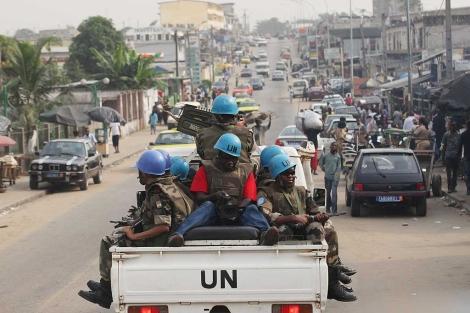Soldados de la ONU patrullan las calles de Abiján. | AP