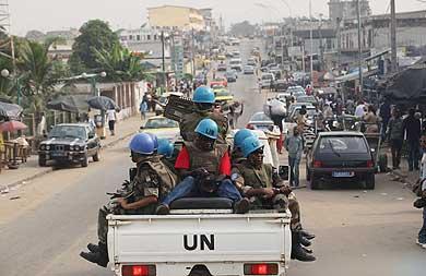 Soldados de la ONU patrullan las calles de Abiyán.   AP