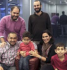 La familia junto al director y productor. | Efe