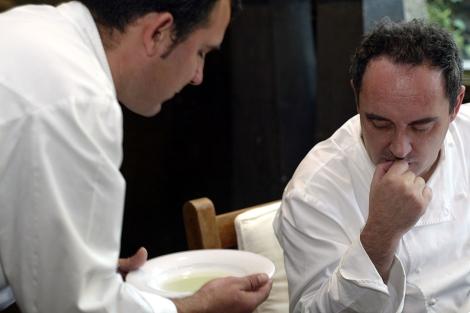 Ferran Adrià supervisando un plato del Bulli. | A. Casaña