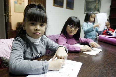 Niñas adoptadas en China durante una de las clases de chino. | Madero Cubero