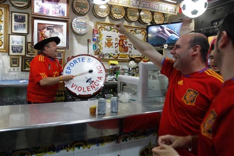 Manolo, con el bombo en plena acción, en su bar de Valencia. | Benito Pajares