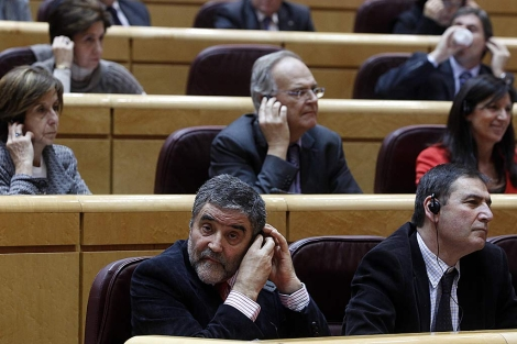 El socialista Aleu se ajusta el auricular para escuchar la traducción. | Javier Barbancho
