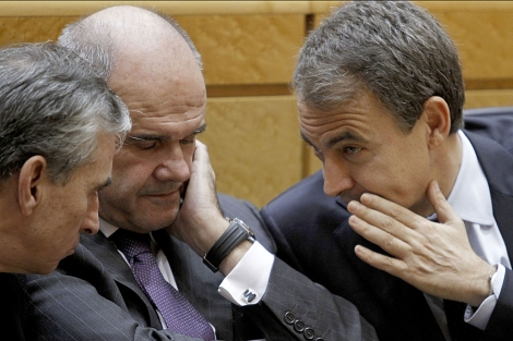 Zapatero charla con Jáuregui y Chaves en el Senado. | José Aymá