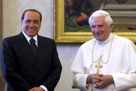 Berlusconi y Benedicto XVI en mejores momentos. | Efe