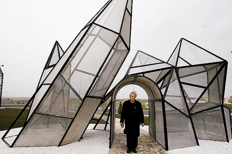 Dennis Oppenheim, en la inauguracin de una intervencin suya en Navalcarnero, Madrid, en 2007. | Efe