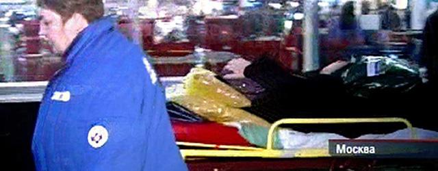 Un herido es trasladado en camilla tras el atentado. | NTV / Afp