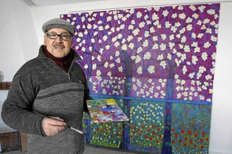 Pedro Monje, en su estudio de Valladolid rematando el mural que donará al Hospital de Salamanca. | J.M. Lostau