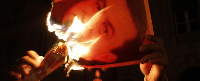 Un manifestante quema la imagen del presidente Mubarak en señal de protesta. | Vea más fotos