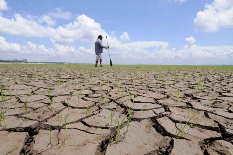 Un hombre, en el cauce seco del río Negro. | Reuters