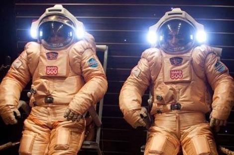 Dos tripulantes prueban los trajes espaciales de la Mars500 en junio de 2010. | ESA
