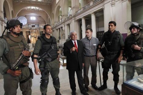Hawass, con las fuerzas especiales, en el Museo Egipcio de El Cairo. | Tara Todras-Whitehill / Ap