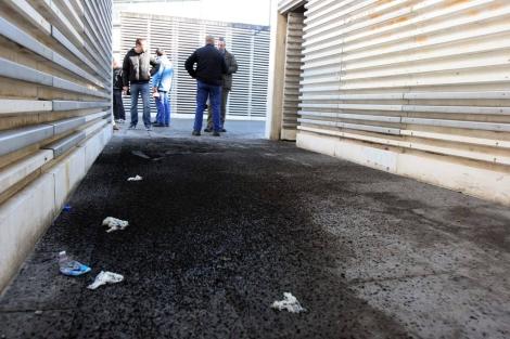 Carbonilla en el suelo junto al edificio administrativo de la Xunta. | Rosa González