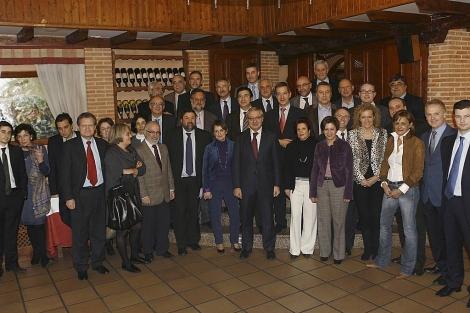 Foto de familia del grupo de políticos gallegos vinculados al Gobierno, entre ellos los ministros Blanco, Caamaño y Espinosa, durante una cena en Madrid en febrero de 2010.