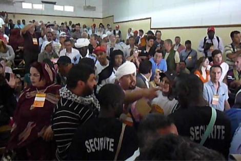 Miembros de la seguridad del foro tratan de impedir el boicot al acto.