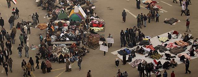 Cientos de manifestantes regresan a la plaza de Tahrir tras la decepcionante intervención de Mubarak. | Afp VEA MÁS FOTOS