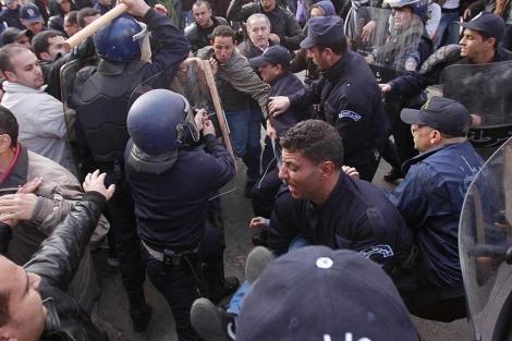 La policía carga contra los manifestantes en Argel.| Reuters