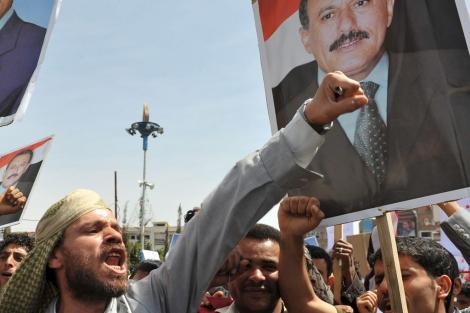 Miles de manifestantes protestan en la capital yemení.   Efe
