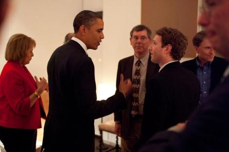 Obama charla con Mark Zuckerberg ante la mirada de Eric Schmidt. | Gobierno de EEUU.