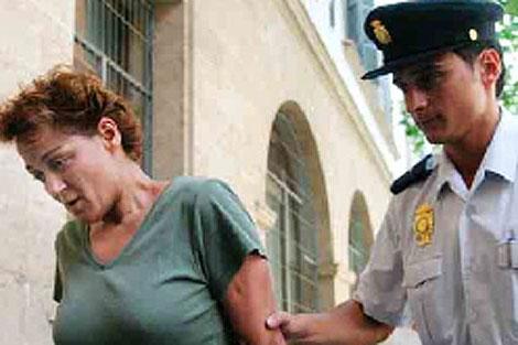 La madre, María R.L., escoltada po la policía tras su detención | Jordi Avellà