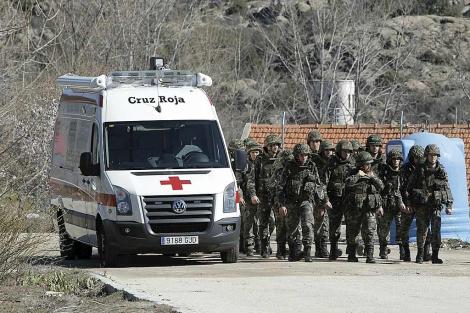 Una ambulancia entra al cuartel de Hoyo de Manzanares.   Efe