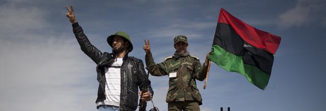 Rebeldes celebran la captura de un tanque en Bengasi. | Ap VEA MÁS FOTOS