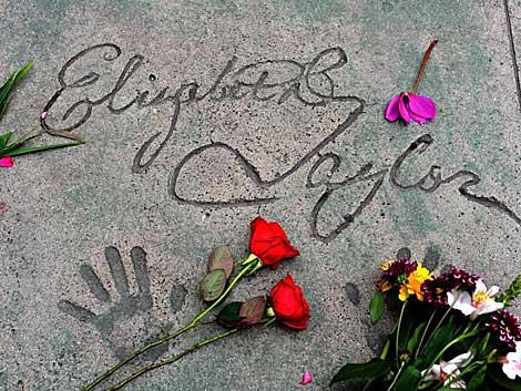 Impresión de los pies y manos de Liz Taylor, en el paseo de la fama de Hollywood. | Efe