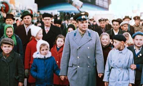 Gagarin, ya convertido en héroe nacional, y su hija durante un acto de homenaje. | ITAR TASS.