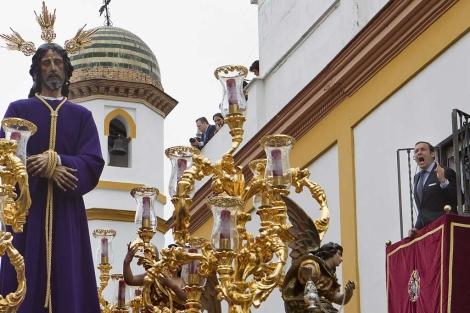 Un hombre canta una saeta durante el Lunes Santo en Sevilla. | Efe