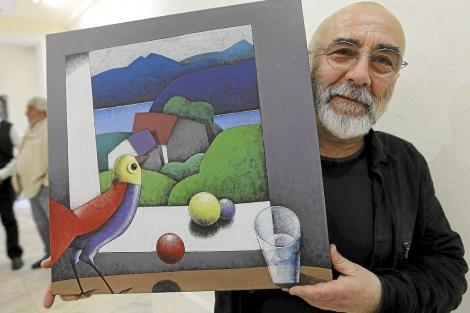 El artista Manolo Sierra con una de sus creaciones. | M. Álvarez
